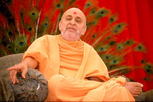 Swamishri casually discourses on lofty spiritual truths in a down to earth manner
