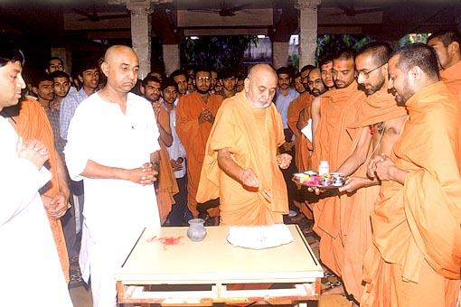 Swamishri performs the last rites on a deceased devotee's bones left after cremation (asthi)