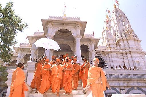 After having Thakorji's darshan  Swamishri descends the mandir steps