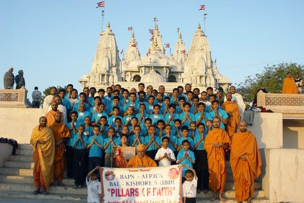 Group photo of shibir participants with Pujya Doctor Swami and sadhus
