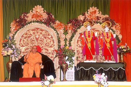 Swamishri blessing the assembly during a 7-day discourse (parayan)