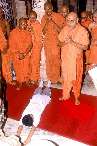 ... And then instructs him to prostrate before the Lord.Swamishri thus inspired the rites of worship in a young boy from USA