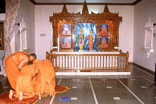 Swamishri makes an unscheduled visit for darshan at the Swaminarayan Mandir , Navagam