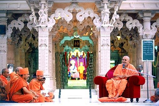 After Thakorji's darshan at the mandir, Swamishri has his sofa moved to one side out of respect and reverence to the Lord's murtis. In a brief assembly, Swamishri enthusiastically sings the glory of Shastriji Maharaj
