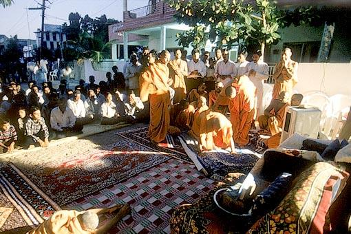 Swamishri prostrates before the Lord