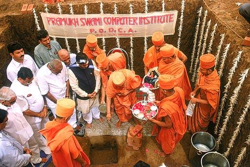 Performing the foundation stone laying ceremony of the Sanstha's 'Pramukh Swami Computer Institute'