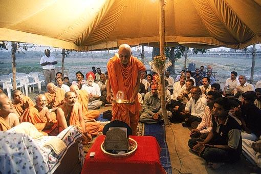 Swamishri performs arti of Thakorji and the land