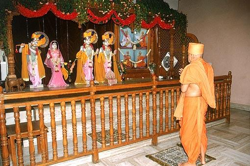 Swamishri doing darshan of Thakorji at Swaminarayan Mandir, New Delhi