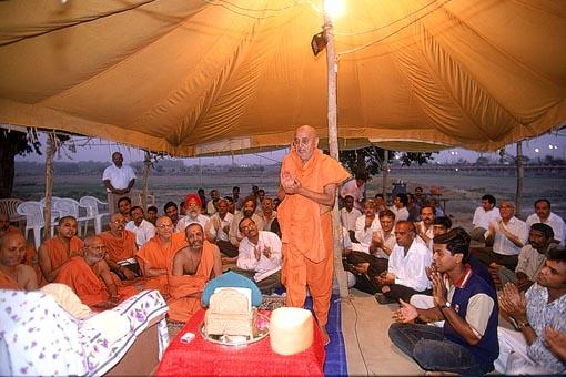 Swamishri, sadhus and devotees sing the dhun and ashtak