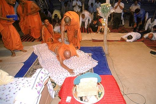 Swamishri performs two extra prostrations to the land