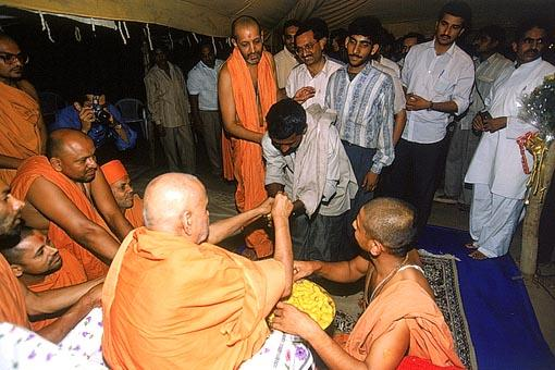 Giving prasad to the devotees