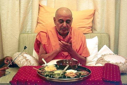 On remembering the authorities who have assisted in acquiring the site Swamishri prays for them before having lunch