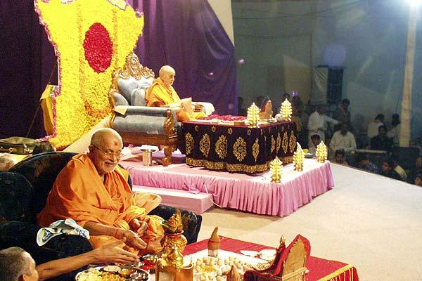 While Swamishri performs his puja, Pujya Balmukund Swami performs the New Year's mahapuja