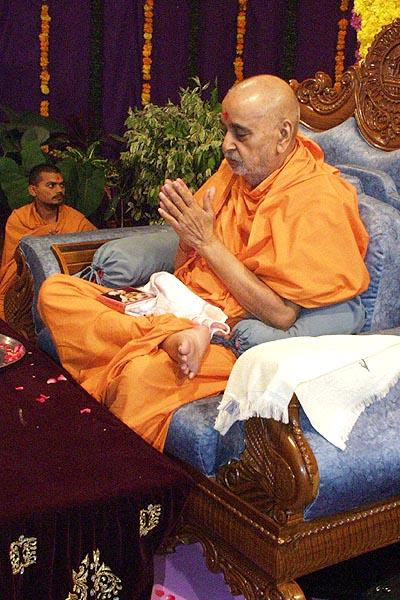 Finally Swamishri bows to all