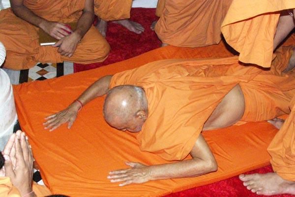 Swamishri offers prostrations