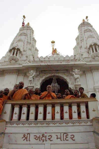Swamishri blesses the devotees from the mandir balcony