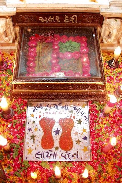 The holy charnarvind (symbolic) of Shriji Maharaj in Akshar Deri