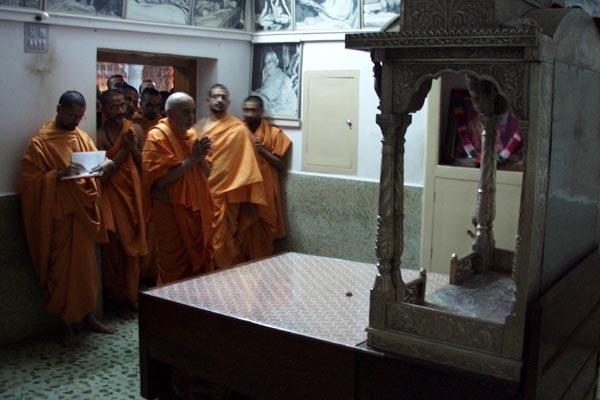 Swamishri doing darshan in the room where Yogiji Maharaj resided