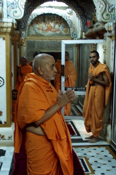 Darshan of Yogiji Maharaj in Akshar Deri