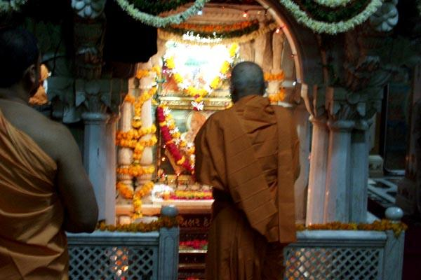 Swamishri engaged in darshan at Akshar Deri
