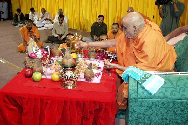 Padyam: Swamishri ceremoniously pours water on the deities