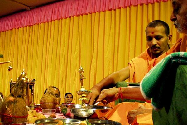 Panchamrut snanam: Swamishri first bathes the deities with milk