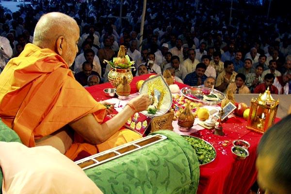 While chanting the Janmangal Namavali (Shriji Maharaj's 108 names) Swamishri offers tulsi leaves