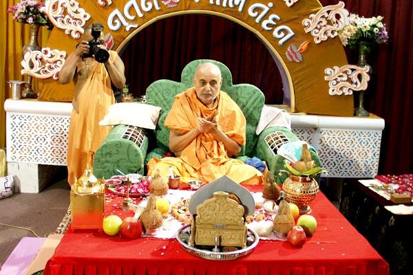 Swamishri and devotees pray for peace and good wishes for the New Year