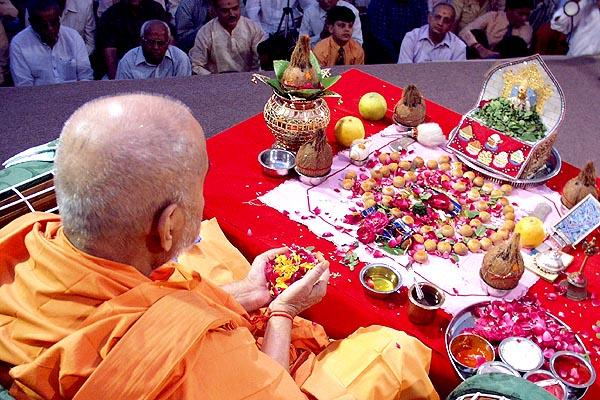 Mantra Pushpanjali: ceremoniously offers flowers to Thakorji