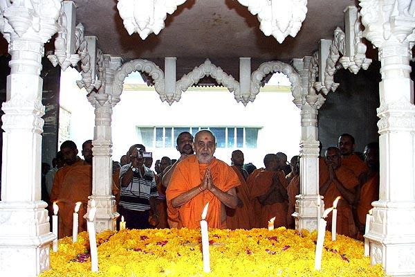 Swamishri doing darshan and circumambulating the shrine at Yogi Smruti Mandir