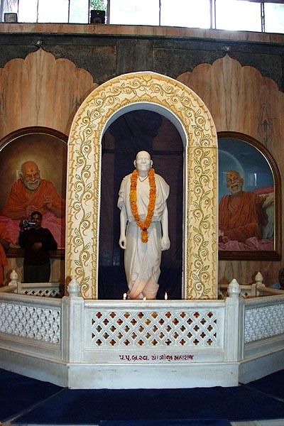 The murti of Yogiji Maharaj at Yogi Smruti Mandir