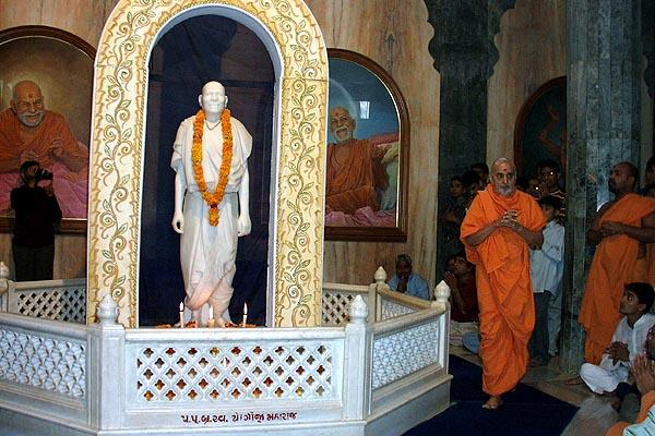 Swamishri circumambulating the murti of Yogiji Maharaj