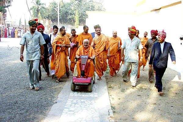 Swamishri returning to his residence