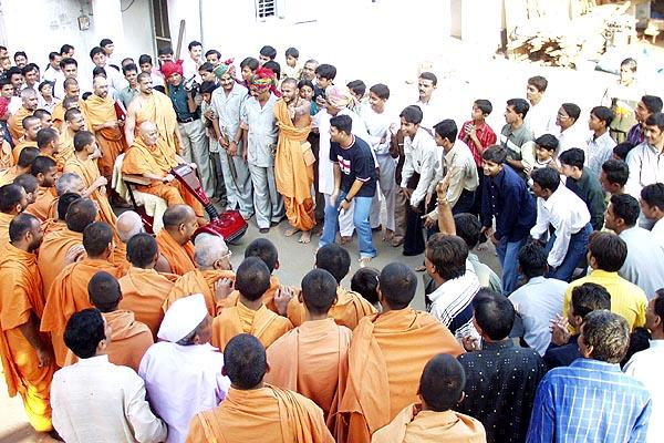 Kishores dance in an exultant mood to please Swamishri on New Year's Day