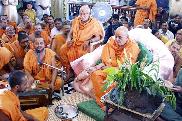 Swamishri performs rituals of Govardhan Puja