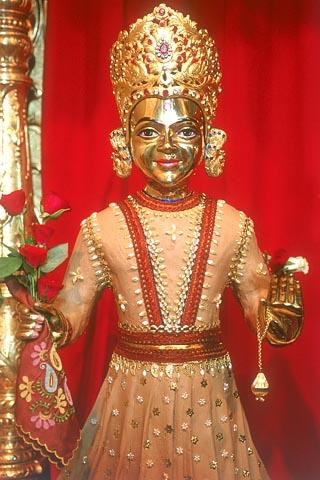 Shri Harikrishna Maharaj adorned in chandan (sandalwood paste)