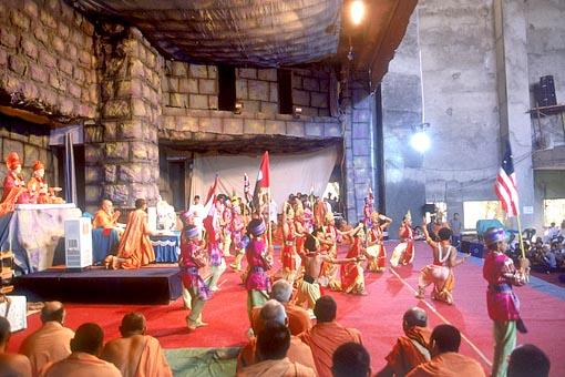 Balaks perform a traditional dance in Swamishri's puja