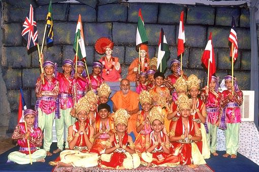 The performers with Swamishri