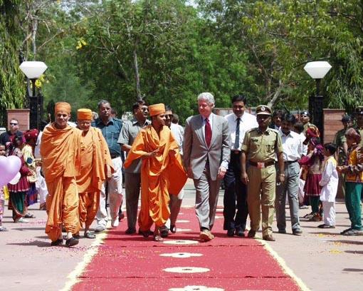Bill Clinton walks towards the main foyer of Akshardham on his arrival