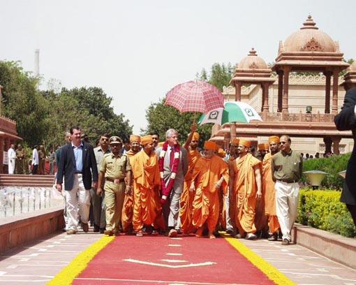 On the avenue towards the main monument of Akshardham