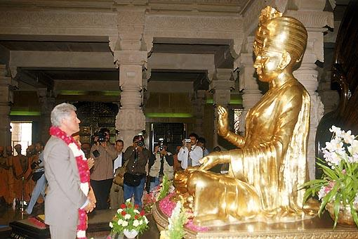 Swamishri and Bill Clinton pay floral respects to Bhagwan Swaminarayan