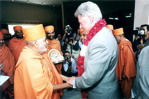 Pramukh Swami welcomes Bill Clinton