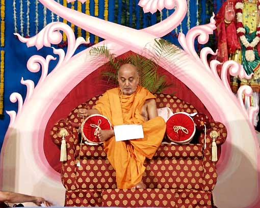 Swamishri, not wasting a single moment, carries on his correspondence with devotees even during the assembly
