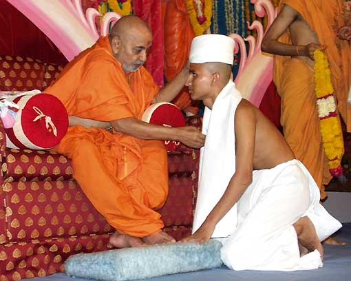 With the divine blessings of Swamishri, 18 sadhaks took initiation as parshads