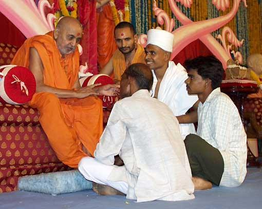 Swamishri commending the family of a parshad for offering their son in the service of God and society