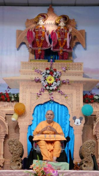 Swamishri blesses the satsang assembly