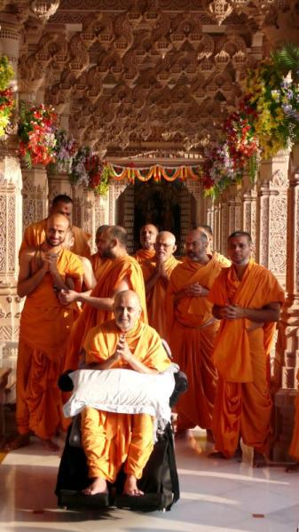 Swamishri engaged in darshan of Ganeshji