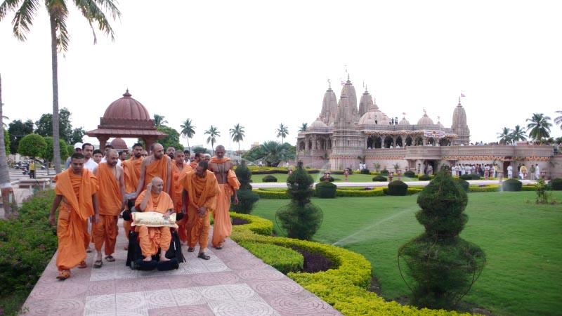 Swamishri visits the Mandir Complex