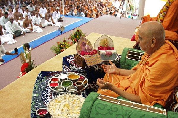 Swamishri performs rituals during the diksha ceremony