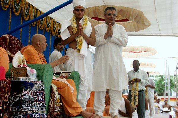 Then the parshad and his parent stand with folded hands besides Swamishri